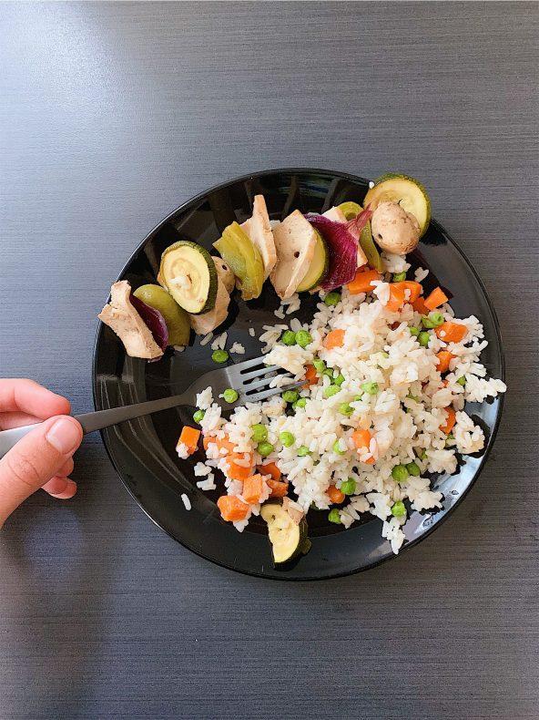 Brochettes de tofu et riz aux légumes
